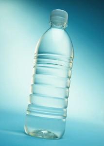 Próba wody w butelce po wodzie mineralnej - nalana pod korek