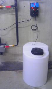 Stacja dozowania-  inhibitor korozji lub biocydy - wersja z pompą dozującą naścienną